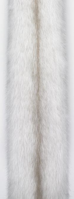 Норка крестовка/перл-кросс (pearl cross). Белая норка с жемчужными отметинами вдоль спинки.