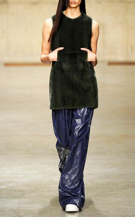 Меховые платья-туники от британского дизайнера Джонатана Андерсона